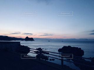 水域の隣にある桟橋のクローズアップの写真・画像素材[2136957]