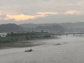 背景に山のある水の体の写真・画像素材[4950779]