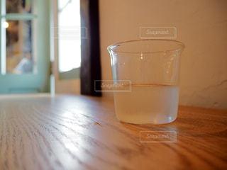 近くのテーブルの上のガラスのコップの写真・画像素材[1945127]