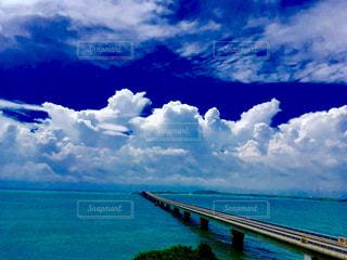 夏の海と橋の写真・画像素材[1937491]