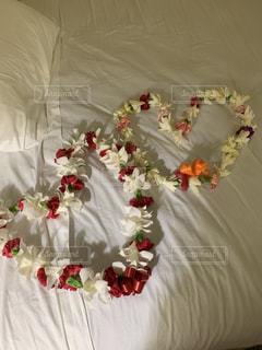 ベッドの上の白い花の写真・画像素材[1931304]