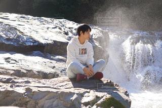 岩の上で精神統一、マイナスイオンも添えての写真・画像素材[1933079]