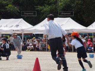 運動会親子競技はおじいちゃんとの写真・画像素材[2118983]