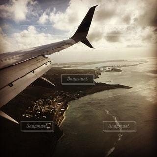 空を飛んでいる飛行機の窓よりの写真・画像素材[1906026]