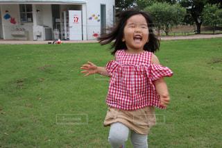 公園で走る小さな女の子の写真・画像素材[3344163]