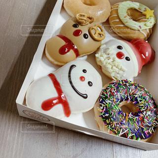 テーブルの上に異なる種類のドーナツで満たされた箱の写真・画像素材[2827052]