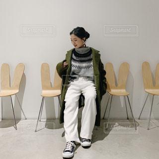 椅子に座っている人の写真・画像素材[2827128]