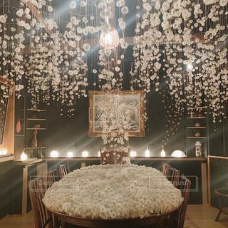 部屋の中の装飾された木のクローズアップの写真・画像素材[2827135]