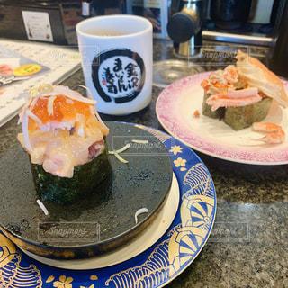食べ物の皿とコーヒー1杯の写真・画像素材[2827140]