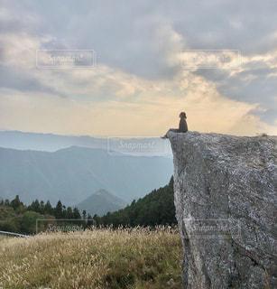 背景に大きな山があるの写真・画像素材[2827176]