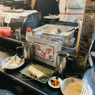 テーブルの上の食べ物の鍋の写真・画像素材[2827196]