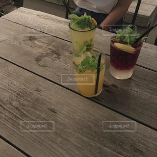 木製のテーブルの上に座っている花瓶の写真・画像素材[2827212]