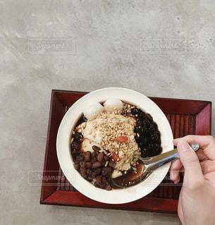 テーブルの上の食べ物のボウルの写真・画像素材[2827277]