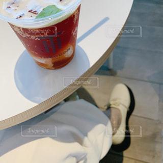 テーブルの上にコーヒーを一杯入れるの写真・画像素材[3036261]