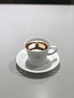 テーブルの上のコーヒー カップの写真・画像素材[1908114]