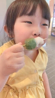 食べ物を食べている小さな男の子の写真・画像素材[3766941]