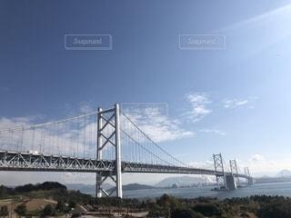 水の体の上を橋を渡る列車の写真・画像素材[1910467]