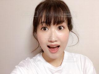 白いシャツを着た若い女の子の写真・画像素材[2344064]