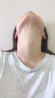 首を伸ばす女性の写真・画像素材[3443520]
