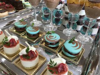 テーブルな皿の上に食べ物のプレートをトッピングの写真・画像素材[1911458]