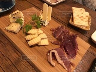 木製のまな板の上に食べ物の写真・画像素材[1927503]