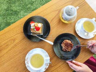 食品やコーヒー テーブルの上のカップのプレートの写真・画像素材[1912040]