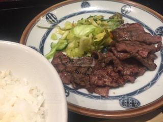 肉と野菜をトッピング白プレートの写真・画像素材[1045617]