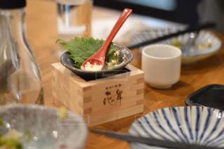 近くのテーブルの上に食べ物のプレートの写真・画像素材[1150068]
