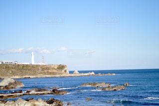 水の体の近くのビーチの人々 のグループの写真・画像素材[1781550]