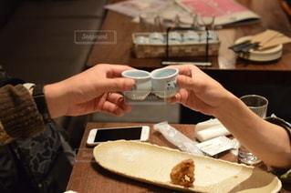食べ物を食べるテーブルに座っている人の写真・画像素材[3005360]