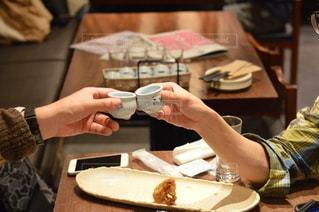 テーブルの上でケーキを切る人の写真・画像素材[3005364]