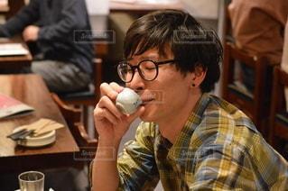 携帯電話で話している眼鏡をかけた男の写真・画像素材[3005365]