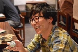 レストランのテーブルに座っている男の写真・画像素材[3005369]