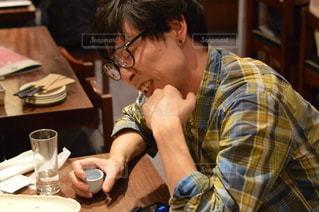 食べ物を食べるテーブルに座っている男の写真・画像素材[3005371]
