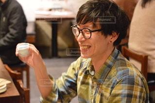 テーブルに座っている人の写真・画像素材[3005377]