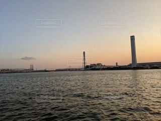 水の体に架かる橋の写真・画像素材[4330245]