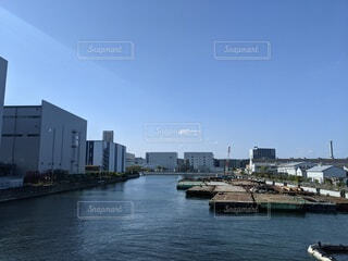 背景に都市がある大きな水域の写真・画像素材[4330244]