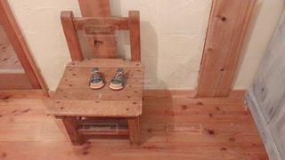 木の椅子と小さな靴の写真・画像素材[1961021]
