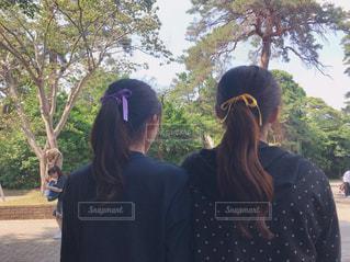 2人の後ろ姿の写真・画像素材[2211875]