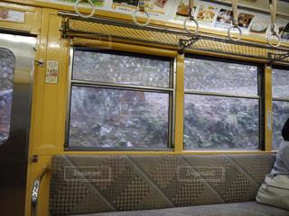 電車の駅で座る人の写真・画像素材[823727]