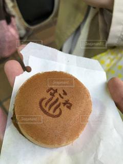チョコレート覆われたドーナツを持っている手の写真・画像素材[847380]