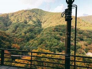 背景の山が付いているベンチの写真・画像素材[847382]
