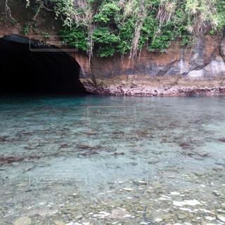 洞窟のある水面の写真・画像素材[1988507]