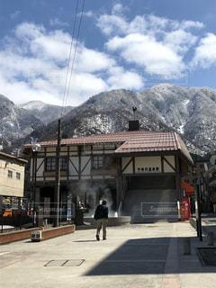 背景の山と建物の写真・画像素材[1916150]