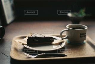 テーブルの上のコーヒー カップの写真・画像素材[968521]