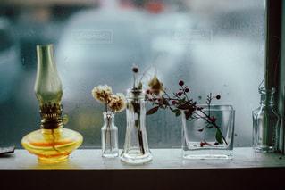 テーブルの上の花瓶の写真・画像素材[997964]