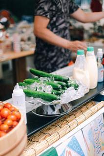 台所に立って食べ物を準備している人の写真・画像素材[3218228]