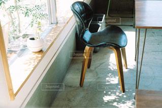 窓と椅子の写真・画像素材[3218257]