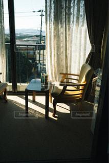 家具と大きな窓でいっぱいのリビングルームの眺めの写真・画像素材[3218277]