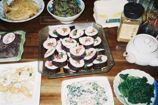 食べ物でいっぱいのテーブルの写真・画像素材[3218283]